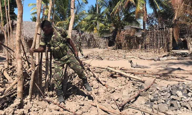 Mozambiki katona a feldúlt Naundében a falu ellen intézett terrortámadás után, 2018-ban. (Fotó:  Joaquim Nhamirre/AFP)