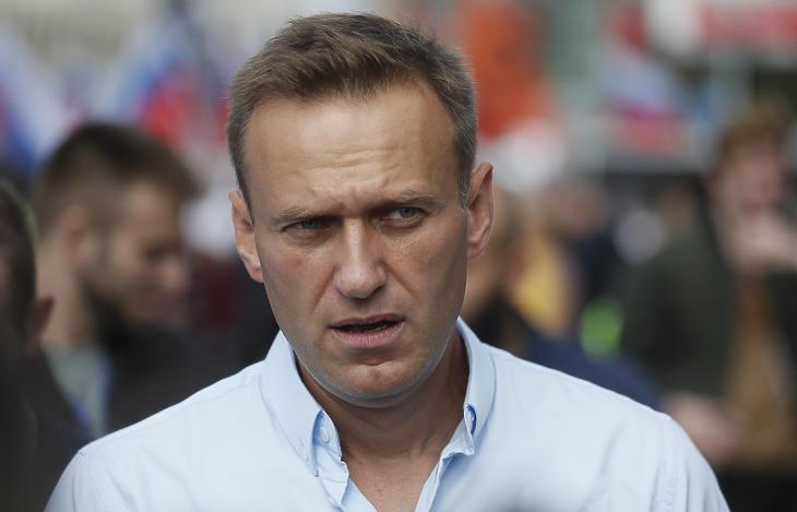 A 2020. szeptember 2-án közreadott képen Alekszej Navalnij orosz ellenzéki vezető és korrupcióellenes aktivista egy ellenzéki tüntetésen vesz részt Moszkvában 2019. július 20-án. Navalnijt 2020. augusztus 19-én eszméletlen állapotban, mérgezéssel vitték kórházba, miután az őt szállító repülőgép rendkívüli leszállást hajtott végre Omszkban. A német kormány közlése szerint Novicsokot találtak a szervezetében. (Fotó: MTI/EPA/Szergej Ilnyickij)