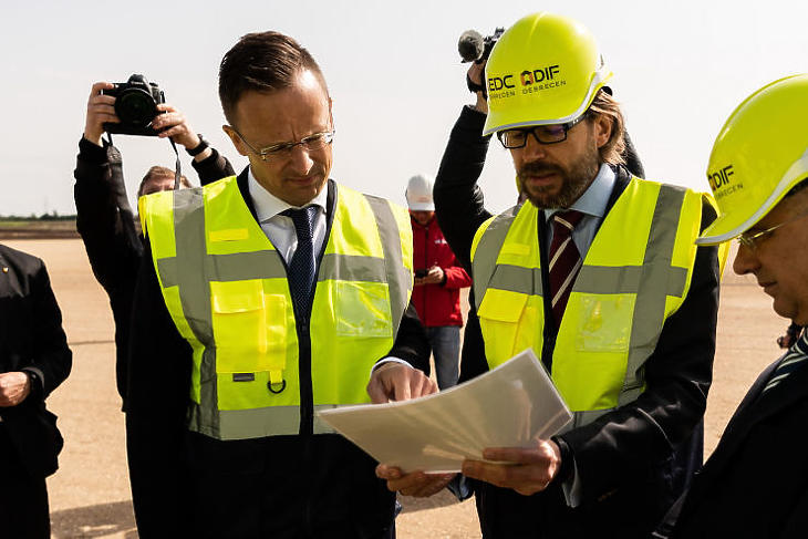 Szijjártó Péter külgazdasági és külügyminiszter (b) és Kukai Tibor, a Debreceni Infrastruktúra Fejlesztő Kft. projektigazgatója (j) Debrecenben az épülő BMW-gyár területén 2020. május 15-én. (Fotó: MTI/KKM/Boros Mátyás)