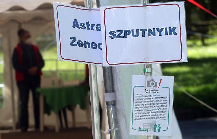 Feliratok Miskolcon, a Borsod-Abaúj-Zemplén Megyei Központi Kórház és Egyetemi Oktatókórházban kialakított oltópont előtt 2021. május 6-án. MTI/Vajda János