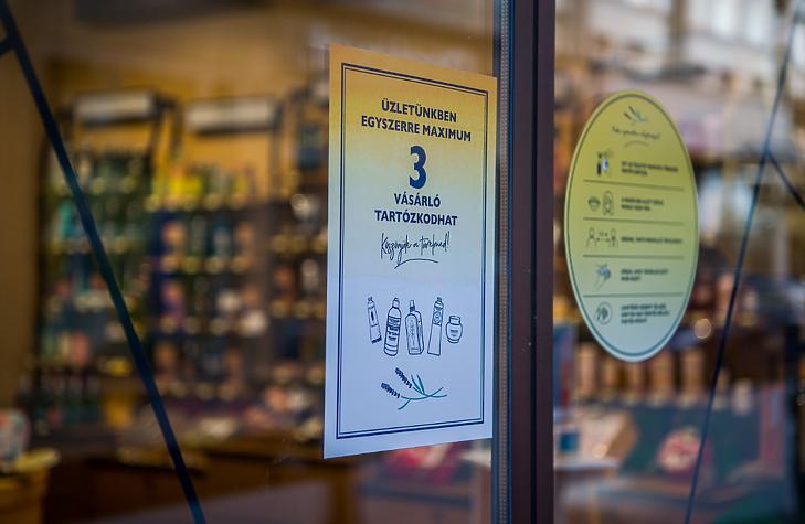 Szépségápolási üzlet bejárata a Váci utcában - még áprilisban (fotó: MTI)
