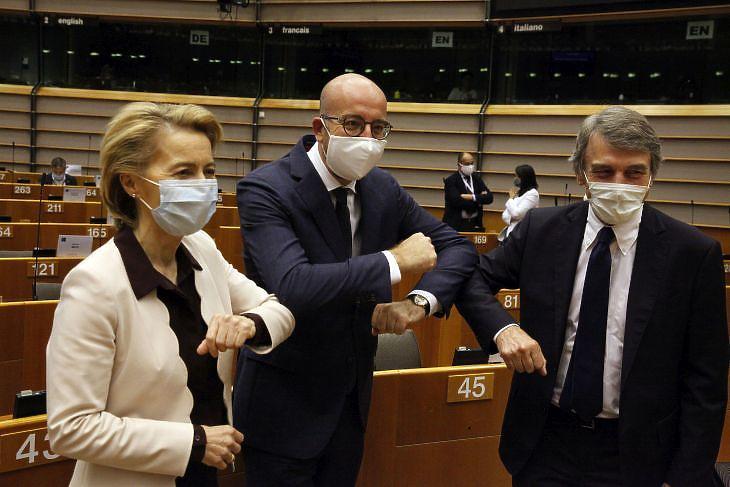 Ursula von der Leyen, az Európai Bizottság elnöke, Charles Michel, az Európai Tanács elnöke és David-Maria Sassoli, az Európai Parlament (EP) elnöke az EP plenáris ülésén Brüsszelben 2020. július 23-án. EPA/FRANCOIS WALSCHAERTS
