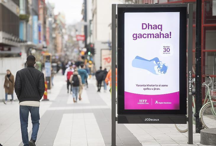 Szomáli nyelven írt tájékoztató plakát hívja fel a figyelmet a kézmosás fontosságára Stockholmban, 2020. áprilisában. Fotó: EPA/Fredrik Sandberg