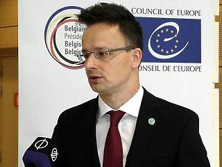 Szijjártó kiakadt: be kell fejezni Magyarország fenyegetését!