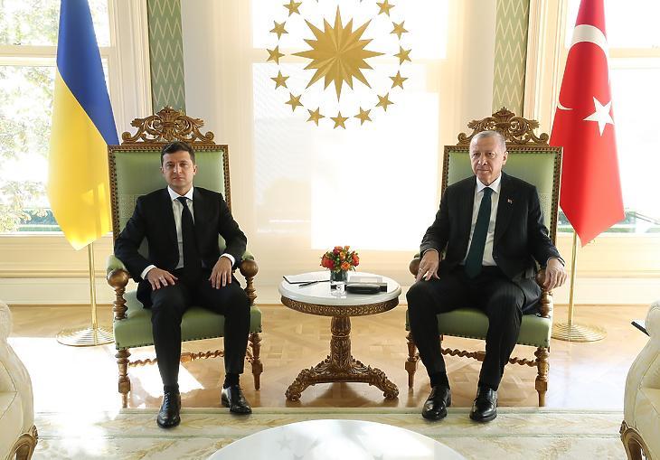 Volodimir Zelenszkij ukrán elnököt (b) fogadja Recep Tayyip Erdogan török államfő Isztambulban 2020. október 16-án. (Fotó: MTI/EPA/Török elnöki sajtóiroda)