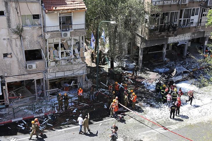 Izraeli mentőalakulatok egy rakétatámadás által sújtott háznál az izraeli Ramat Ganban Tel-Aviv közelében 2021. május 15-én. EPA/ABIR SULTAN