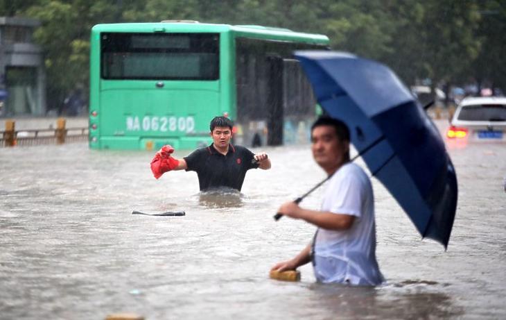 Árvíz sújtotta Csengcsou városát 2021. július 20-án. A heves esőzések következtében víz árasztotta el Honan tartomány székvárosának metróhálózatát, így emberek százai rekedtek a szerelvényekben, illetve az alagutakban.(Fotó: MTI/EPA/Featurechina/Featurechina)