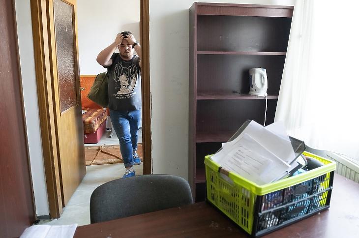 Egy diák elhagyja a nyíregyházi Zrínyi Ilona Gimnázium kollégiumát 2020. március 18-án. A koronavírus-járvány miatt az intézményben szünetel az oktatás. MTI/Balázs Attila