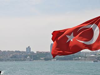 Senki nem vet véget úgy a rendkívüli állapotnak, mint Erdogan