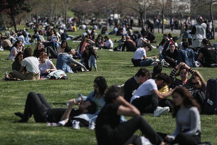 Szabadon, de ésszel. Fiatalok egy isztambuli parkban 2021. április 29-én, az újabb karantén életbe lépése előtt. EPA/ERDEM SAHIN