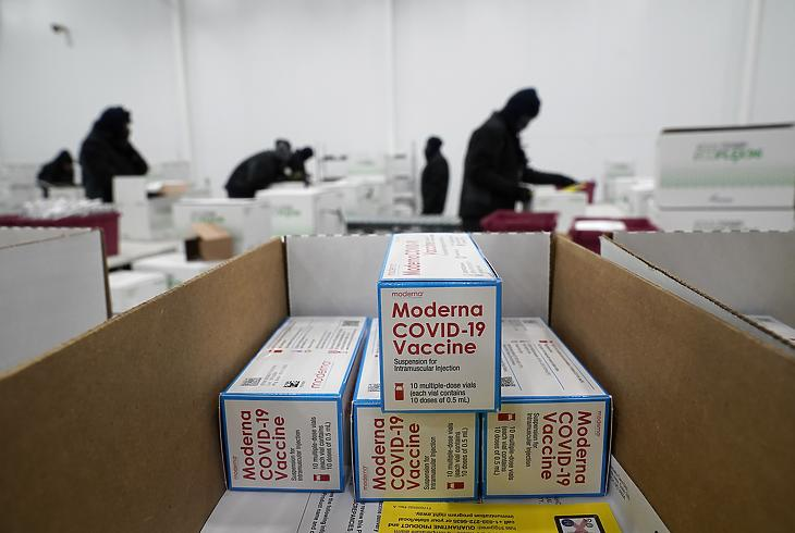 Szállításra készítik elő a Moderna amerikai biotechnológiai cég koronavírus elleni vakcináját a McKesson elosztóközpontban a Mississippi állambeli Olive Branch településen 2020. december 20-án. (Fotó: MTI/AP pool/Paul Sancya)