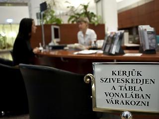 Egyre kevesebb a bankfiókok száma, de az alkalmazottakat már nem küldik el