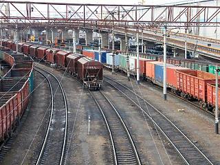 Miért nem tesszük végre vonatra a kamionok rakományát? Fellélegezhetne az ország