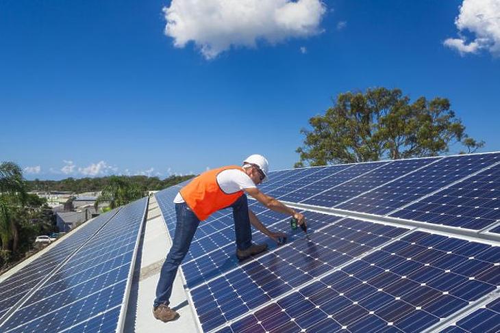 Lassan, de növekszik a napelemes házak aránya (forrás: depositphotos)