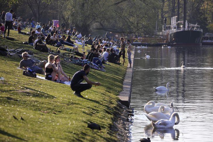 Piknikező emberek Berlinben 2020. április 8-án. EPA/OMER MESSINGER