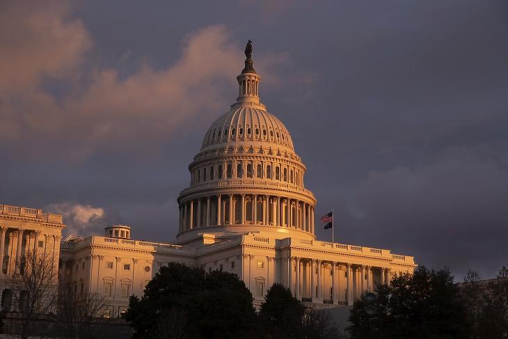 Egy kalandos politikai út vége: minden amerikai kap 2000 dollárt, csak úgy