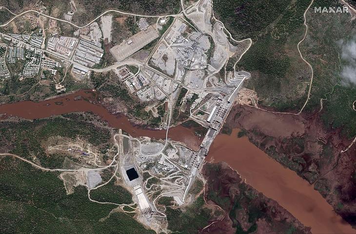 Egy 2020 májusi műholdképen a Kék-Níluson építés alatt álló gát és a hozzá kapcsolódó vízi erőmű Etiópia Benishangul-Gumuz nevű régiójában. Az erőmű azóta elkészült, és már üzemkész is. (Fotó: MTI/AP/Maxar Technologies)