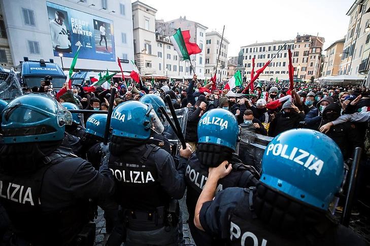 Karantén ellenes tüntetők csapnak össze rendőrökkel a Piazza Campo dei Fiorin Rómában 2020. október 31-én. EPA/ANGELO CARCONI