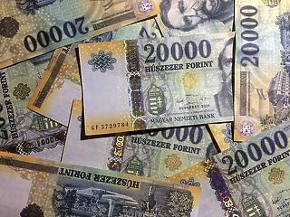 A pénzükön ülnek a magyar gazdagok, a szegények inkább kifizették tartozásaikat
