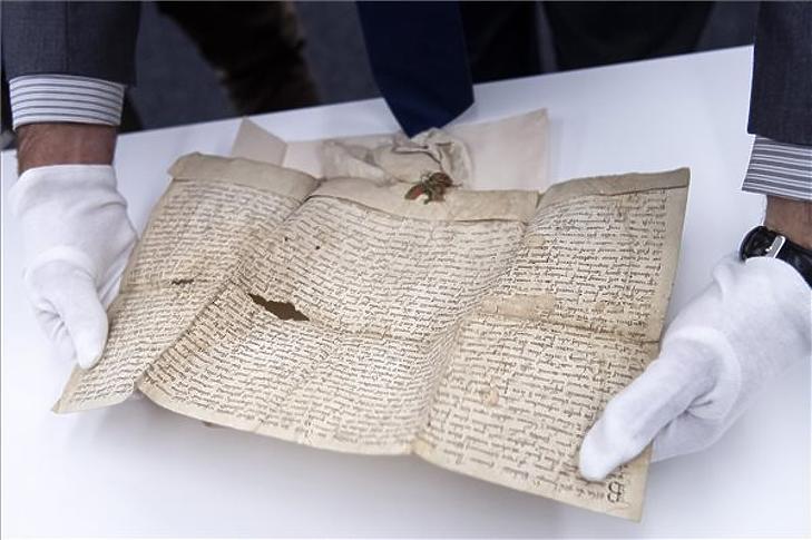 IV. Béla király 1256-ból származó oklevele a Batthyány család levéltári okleveleinek megvásárlásáról tartott sajtótájékoztatón a Magyar Nemzeti Levéltárban 2021. augusztus 2-án. (Fotó: MTI/Szigetváry Zsolt)