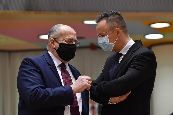 Marad a vétó: Szijjártó Péter és Zbigniew Rau lengyel külügyminiszter Brüsszelben 2020. december hetedikén. EPA/JOHN THYS
