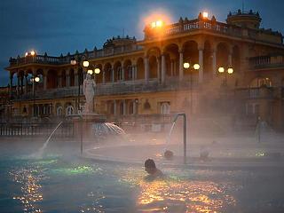 Megrohamozták a budapesti fürdőket a harmadik és a negyedik hullám között