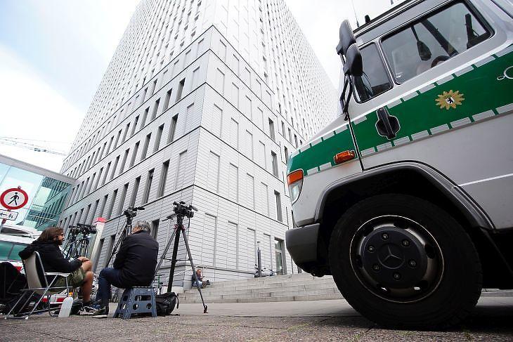 Újságírók és egy rendőrségi kisbusz a berlini Charité kórház előtt 2020. augusztus 24-én. Ebben a kórházban kezelik Navalnijt. EPA/CLEMENS BILAN