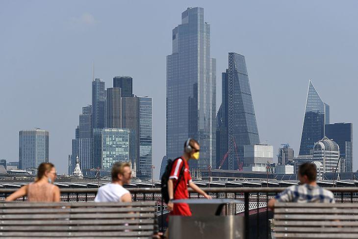 Járókelők Londonban 2020. augusztus 12-én. EPA/ANDY RAIN
