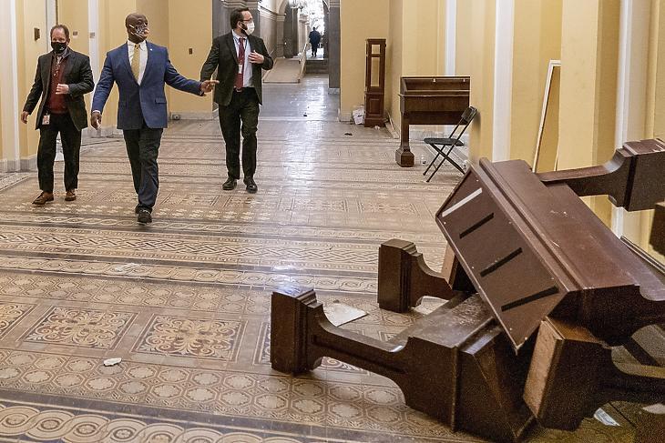 Tim Scott, Dél-Karolina állam republikánus szenátora (k) megy a felborított bútorok mellett a washingtoni törvényhozás épületében, a Capitoliumban 2021. január 7-ének hajnalán, miután korábban Donald Trump republikánus párti amerikai elnök támogatóinak egy csoportja betört a Capitoliumba. (Fotó: MTI/AP/Andrew Harnik)