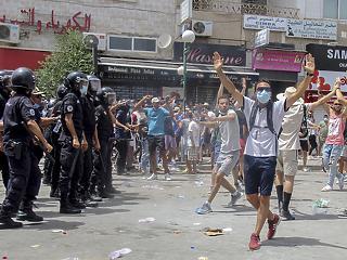 Megrohamozta a rendőrség az al-Dzsazíra tuniszi központját