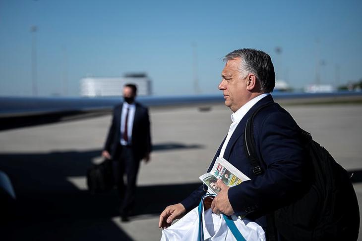 Orbán Viktor miniszterelnök - kezében egy Nemzeti Sporttal - Londonba indul a Liszt Ferenc-repülőtérről 2021. május 28-án. MTI/Miniszterelnöki Sajtóiroda/Benko Vivien Cher