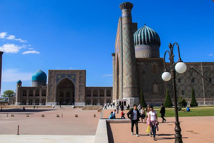 Turisták a szamarkandi Regisztán téren. (Forrás: uzbekistan.travel)