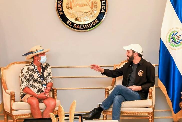 El Salvador elnöke, Nayib Bukele (jobbra, farmernadrágban) (forrás: az elnöki hivatal Twitterje)