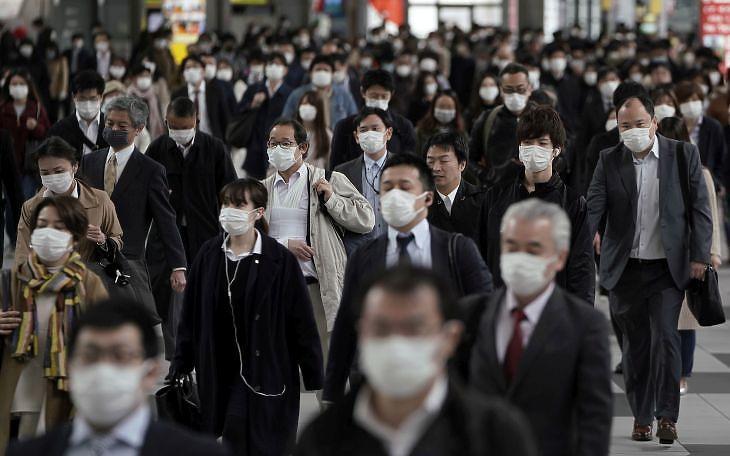 Ingázók egy tokiói vasútállomáson 2020. április 17-én. EPA/KIMIMASA MAYAMA