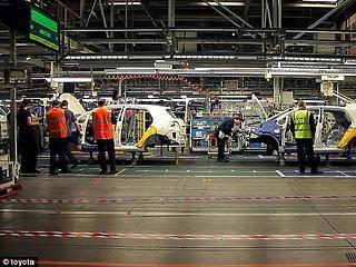 Menet közben állhatnak le a Toyota hibridjei - a cég rengeteg kocsit hív vissza