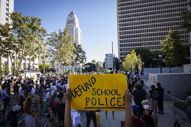 A Black Lives Matter mozgalom támogatói tüntetnek Los Angelesben 2020. július 8-án. MTI/EPA/Christian Monterrosa
