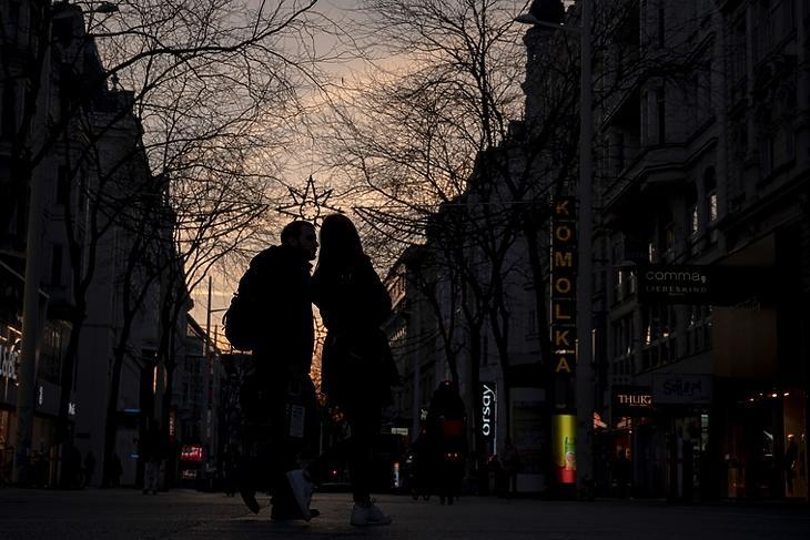 Kifelé tartanak a válságból? Járókelők egy bécsi bevásárlóutcában 2020. november 17-én. EPA/CHRISTIAN BRUNA