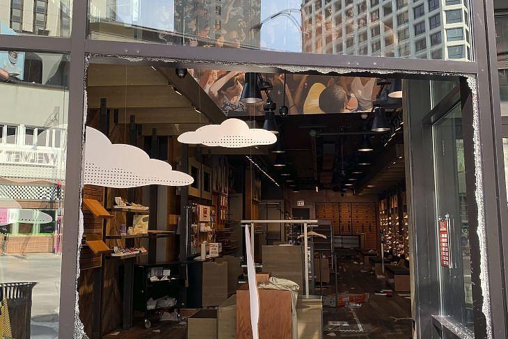 Megrongált üzlet Chicagóban 2020. augusztus 10-én. EPA/ANNE FIELDS