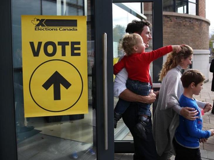 Justin Trudeau és családja egy korábbi voksolás során. (Fotó: MTI/EPA)