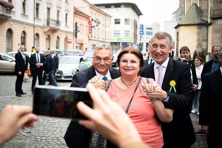 Egy nyelvet beszélnek: Orbán Viktor és Andrej Babis egy helyi polgárral fotózkodik Usti nad Labemben 2021. szeptember 29-én. MTI/Miniszterelnöki Sajtóiroda/Benko Vivien Cher