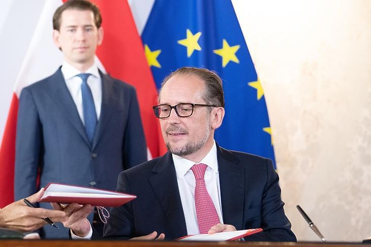 A háttérből irányít? Sebastian Kurz és Alexander Schallenberg egy aláírási ceremónián. (Korábbi felvétel.  EPA/DANIEL NOVOTNY)