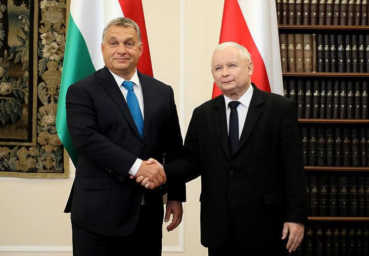 Jaroslaw Kaczynski és Orbán Viktor továbbra is véd- és dacszövetségben (Fotó: MTI/EPA/PAP/Pawel Supernak)
