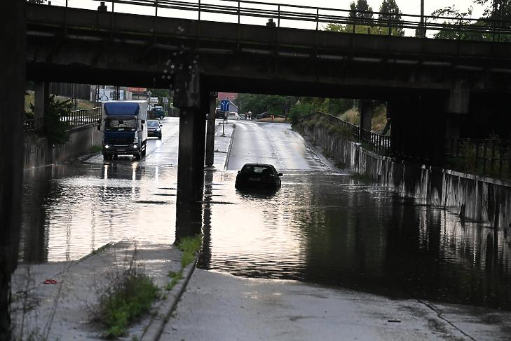 Felhőszakadás után esővízzel elárasztott út Budapesten (Fotó: MTI/Mihádák Zoltán)