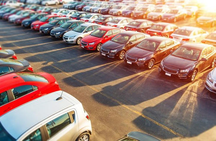 Halmozódnak az eladatlan autók (forrás: depositphotos.com)