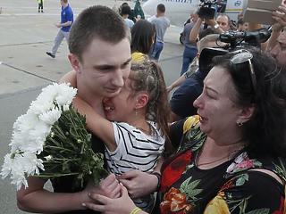Könnyes fogadtatás: foglyokat cserélt Ukrajna és Oroszország