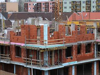 Csak Írországban és Máltán épül több lakás, mint nálunk – de mennyiért?
