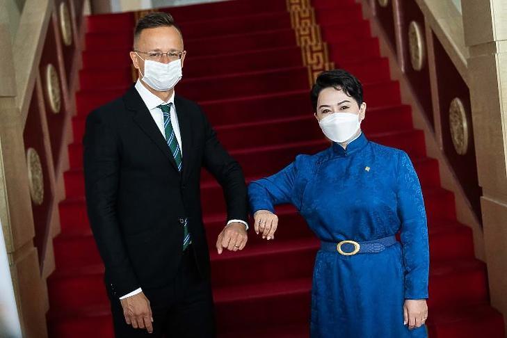 Van miből ajándékozni. Szijjártó Péter külgazdasági és külügyminiszter Ulánbátorban a mai napon, a lélegeztetőgépek átadásán. (Forrás: Facebook)