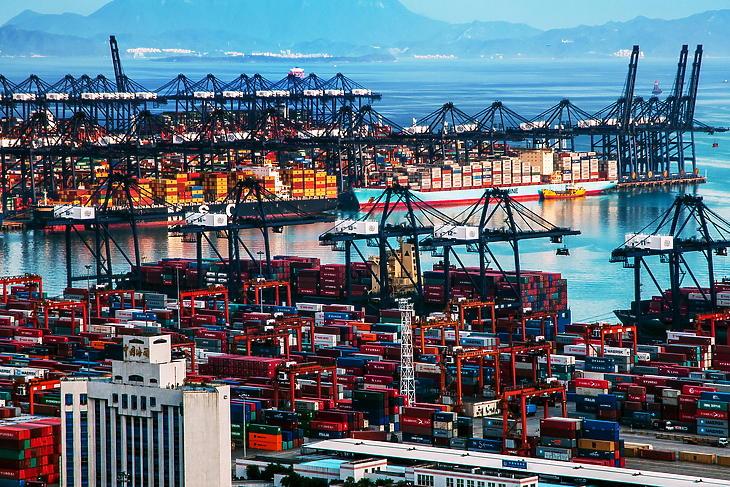 Konténerhalmok a  sencseni Yantian kikötőben, még 2013 januárjában. Illusztráció. (Forrás: Depositphotos)