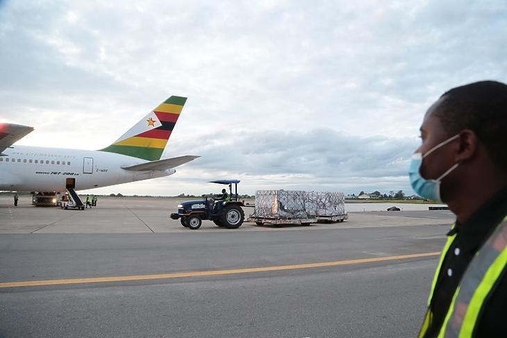 Az első kínai vakcina-szállítmány érkezése a Robert Gabriel Mugabe repülőtéren Hararéban 2021. február 15-én. EPA/AARON UFUMELI