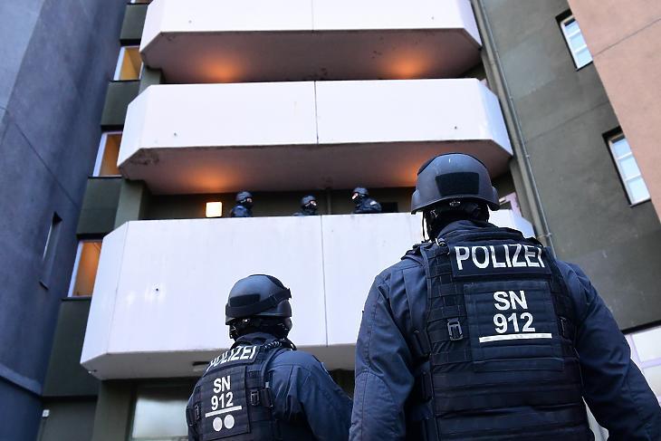 Házkutatást tartanak rendőrök Berlinben 2020. november 17-én a drezdai műkincsrablással összefüggésben. A drezdai uralkodói palota kincstárába, a Grünes Gewölbébe (Zöld Boltozatba) 2019 novemberében törtek be, a rendőrség most három gyanúsítottat őrizetbe vett. (Fotó: MTI/EPA/Filip Singer)